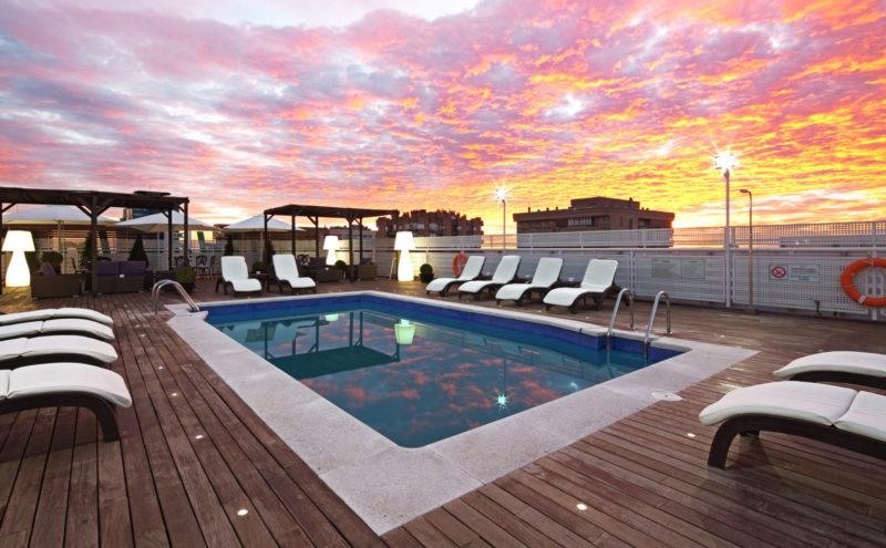 área de piscina de un hotel