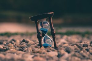 reloj de arena en playa