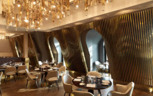bronces y dorados en comedor de hotel